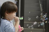 シャボン玉を吹いてる三歳の子