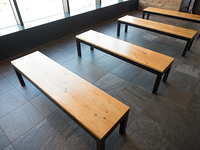 ホールに設置されたベンチ
