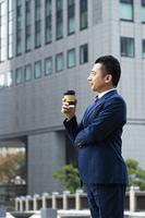 コーヒーを持つビジネスマン