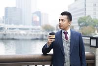 コーヒーブレイク中のビジネスマン