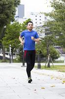 走るミドル男性