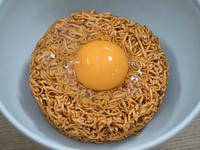 卵をのせたインスタントラーメン
