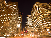 夕暮れのオフィスビル街