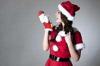 サンタのコスチュームを着た女性