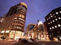 道路元標と日本橋のビル街