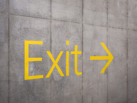 Exitと書かれた壁