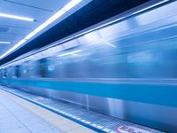 発車する地下鉄