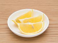 くし切りしたレモン