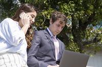 パソコンを見るビジネスマン