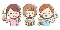 タピオカミルクティーを飲む女の子