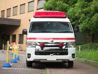 病院で待機する救急車