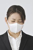 マスク姿のOL