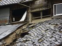 廃屋の屋根瓦