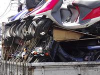 違法駐車で撤去移動されるミニバイク