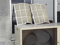 家庭用のエアコンフィルターの掃除