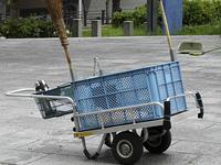 掃除道具を運ぶリヤカー