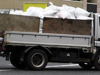 シュレッダー屑を運ぶトラック