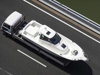 ボートを積載したトラック