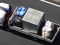 金属ボックスを運ぶトラック