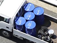 ドラム缶を運ぶトラック