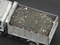 瓦礫を運ぶダンプカー