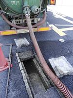 道路の排水溝の清掃