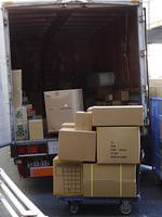 荷物を配達するトラック