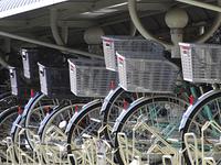 駐輪場の自転車の荷台のカゴ