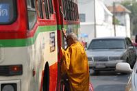 バスに乗り込むタイ僧侶