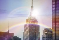 虹と高層ビル
