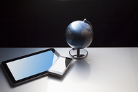 スマートフォンと地球儀