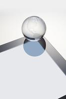 地球儀と液晶画面