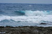 久米島の渚に打ち上げる外洋の波