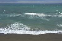 館山湾に波頭を立てて寄せる波