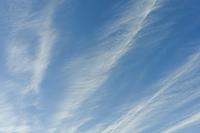 強風に流される筋雲