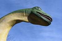 公園で子供を待つ恐竜の滑り台