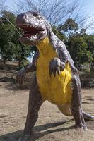 公園で子供を待つ等身大の恐竜模型