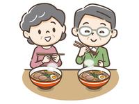 ラーメンを食べるシニア夫婦