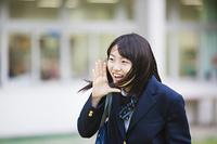 校庭で叫ぶ女子高生
