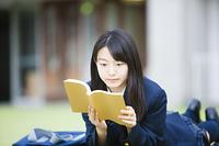 日記を見る女子高生
