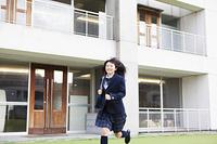 校庭を走る女子高生