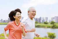多摩川の土手を走る夫婦