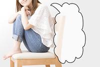 椅子に座る女性