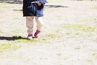 公園を歩く女の子