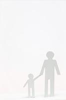 切り絵の手を繋ぐ親子