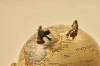 地球儀とミニチュア人形