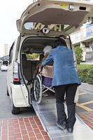 介護自動車と車椅子