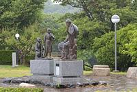 出雲崎町・良寛と夕日の丘公園 語らいの像