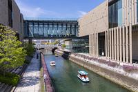 長崎県美術館の水路とボート