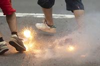 足元で炸裂する爆竹